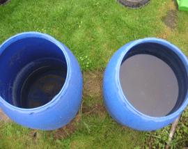 Wasserfässer mit unterschiedlichem Füllstand
