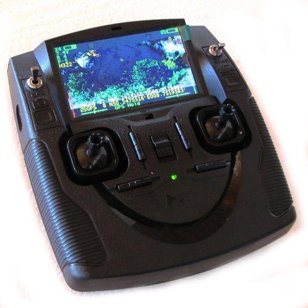 Fernsteuerung für Flugdrohne mit Kamera und Monitor